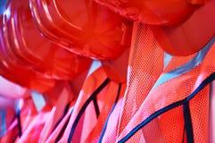橙色安全背心和橙色安全帽 库存照片