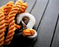 橙色尼龙把与金属拖曳勾子的绳索编成辫子 库存图片