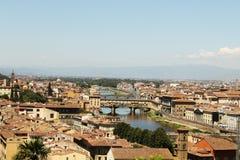 橙色屋顶和河佛罗伦萨上面 免版税库存照片