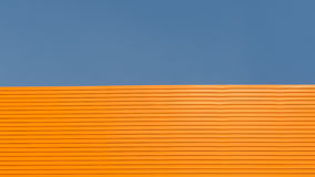 橙色屋顶有蓝天背景 库存照片
