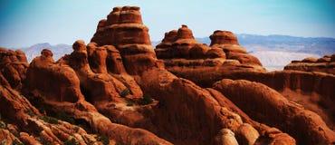 橙色岩石,蓝天 免版税图库摄影