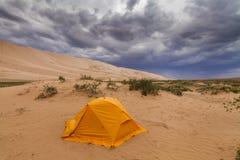 橙色帐篷在戈壁 库存照片
