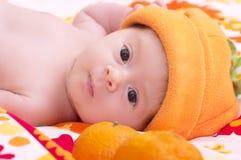 橙色帽子的新出生的女婴 免版税库存图片