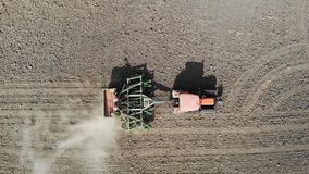 橙色拖拉机犁领域 鸟瞰图 影视素材