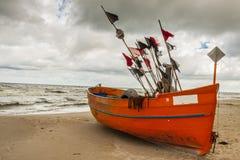 橙色捕鱼吹嘘- Rewal,波兰。 库存照片