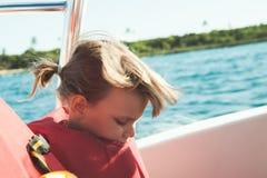 橙色救生衣的白种人小女孩 免版税库存照片