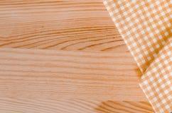 橙色方格的织品桌布 免版税库存照片