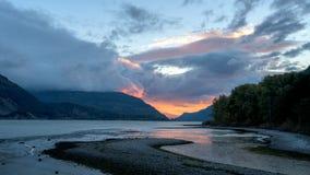橙色日出反射在哥伦比亚河俄勒冈 免版税库存图片