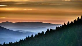 橙色日出 在它最后升起前,它在桔子简单地发光 图库摄影