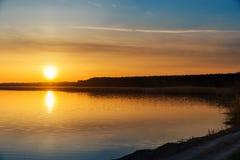 橙色日落和河 库存照片