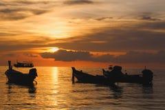 橙色日落在一个热带海岛 库存图片