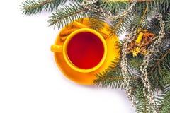 橙色杯子在圣诞节背景的茶 免版税库存图片