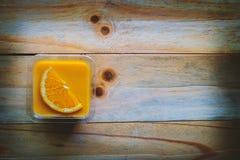 橙色松糕顶视图在木桌上的 免版税库存照片