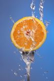 橙色果子叉子水飞溅蓝色概念健康 库存照片