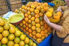 橙色果子在街市上 库存照片