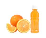 橙色果子用在白色隔绝的瓶的橙汁 免版税图库摄影