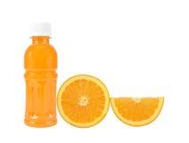 橙色果子用在白色隔绝的瓶的橙汁 库存照片