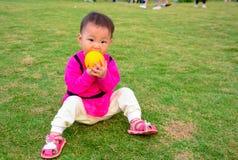 橙色果子的好处对孩子成长的  免版税库存图片