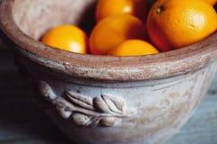 橙色果子静物画黏土水罐花瓶 库存照片