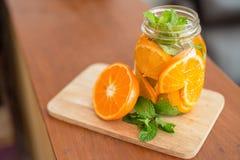 橙色果子,被灌输的水杯子可口刷新的饮料  免版税库存图片