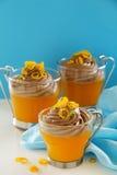 橙色果冻用巧克力沫丝淋 库存图片