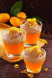 橙色果冻用巧克力沫丝淋 免版税库存照片