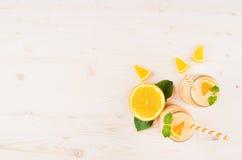 橙色柑橘圆滑的人装饰边界在玻璃瓶子的有秸杆的,薄荷的叶子,裁减桔子,顶视图 库存照片