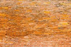 橙色桃红色老稀薄的砖块墙壁 背景充分的框架 库存照片