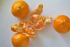 橙色桔子在一张白色桌上说谎 免版税库存照片