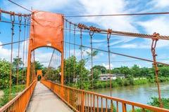 橙色桥梁十字架Jung洞的河在Vang Vieng, 免版税库存照片