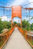 橙色桥梁十字架Jung洞的河在Vang Vieng, 图库摄影