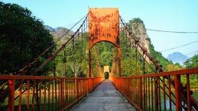 橙色桥梁在Vang Vieng,老挝 免版税图库摄影