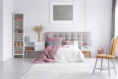 橙色椅子在明亮的卧室 免版税库存图片