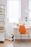 橙色椅子在青少年的屋子里 免版税库存图片