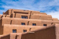 橙色灰泥大厦在圣菲新墨西哥 免版税库存照片