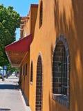 橙色灰泥店面在和边路在Bemidji明尼苏达 免版税库存图片