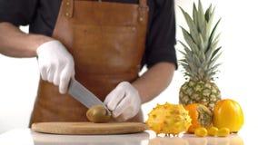 橙色热带水果构成包括了菠萝、kiwano和柿子 烹饪器材切开鲜美 股票录像