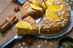 橙色燕麦蛋糕、新近地被烘烤的素食主义者自由饼、的牛奶店和Eggless点心 库存图片