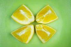 橙色片断在绿色资金团结了之间 库存图片