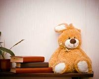 橙色玩具兔子和书 免版税库存图片