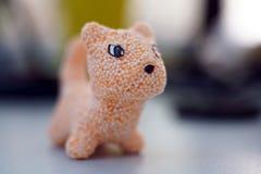 橙色玩具猫由儿童游戏的软泥制成 免版税库存照片