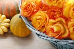 橙色玫瑰篮子  免版税库存图片