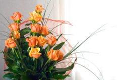 橙色玫瑰花瓶 免版税库存照片