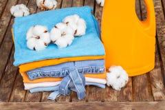 橙色瓶洗涤剂和棉花衣裳 免版税库存照片