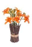橙色百合花束在花瓶的 免版税库存照片