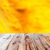 橙色石华背景和木地板 库存照片