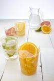 橙色石灰柠檬和葡萄柚饮料 库存图片