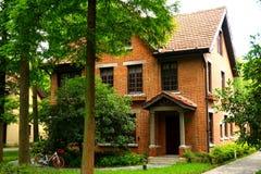 橙色砖欧洲风格的房子在森林 图库摄影