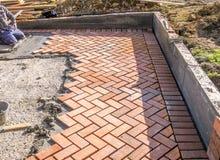 橙色砖铺路石在建筑过程中 免版税库存照片