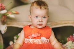橙色礼服的孩子 免版税图库摄影